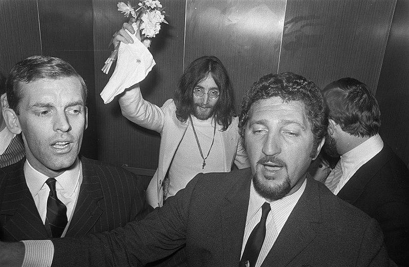 800px-John_Lennon_en_Yoko_Ono_op_huwelijksreis_in_Amsterdam_John_Lennon_bij_Hilton_Hot,_Bestanddeelnr_922-2262