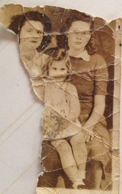 old_photo_damaged_photo_1940s_women_child_family_memory-816288.jpg!d